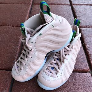 Woman's Nike Air Foamposite One shoes